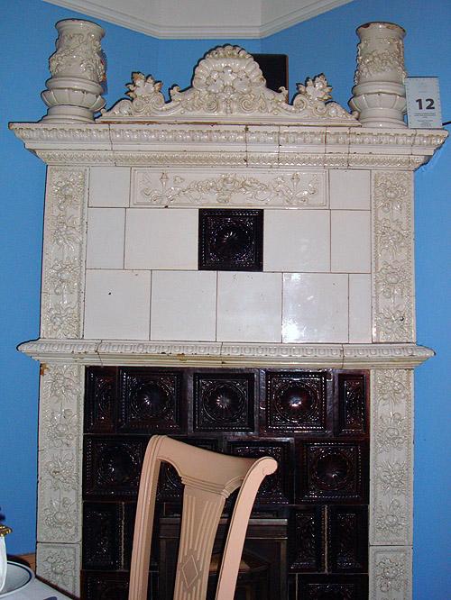 Ресторан Ima Dana. Старый камин с изразцами