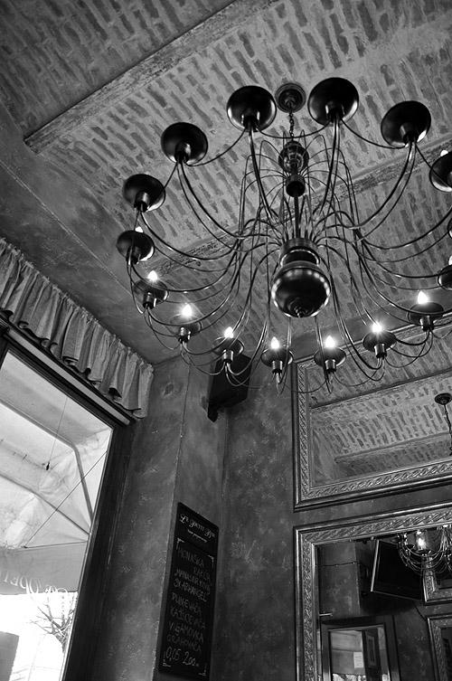 Le Petit Bar. Стильная люстра на потолке