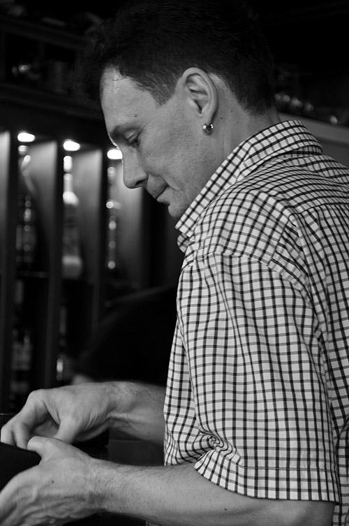 Le Petit Bar. Официант у барной стойки