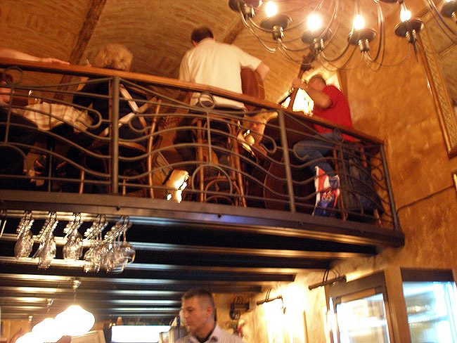 Le Petit Bar. Живая музыка по четвергам. Музыканты справа на балконе