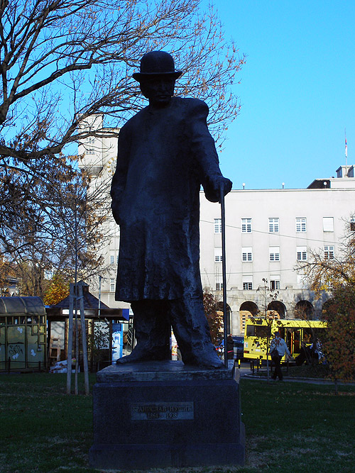 Площадь Республики. Памятник Брониславу Нушичу