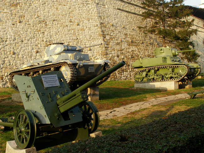 Слева-направо: противотанковая пушка PAK 37mm, немецкий танк Pz-II, американский танк Stewart