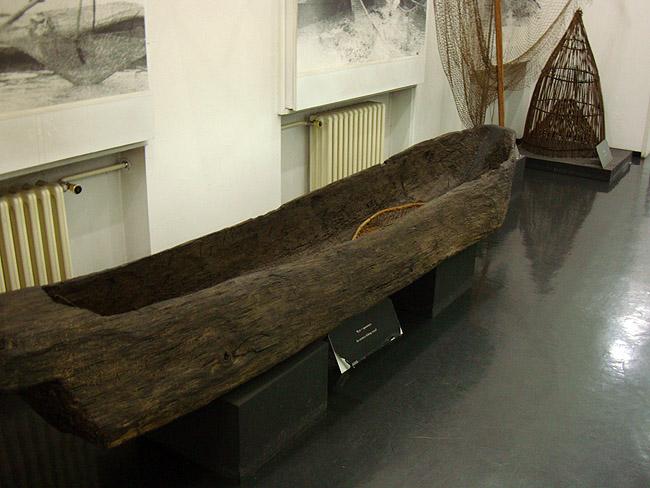 Музей этнографии в Белграде. Долбленая лодка
