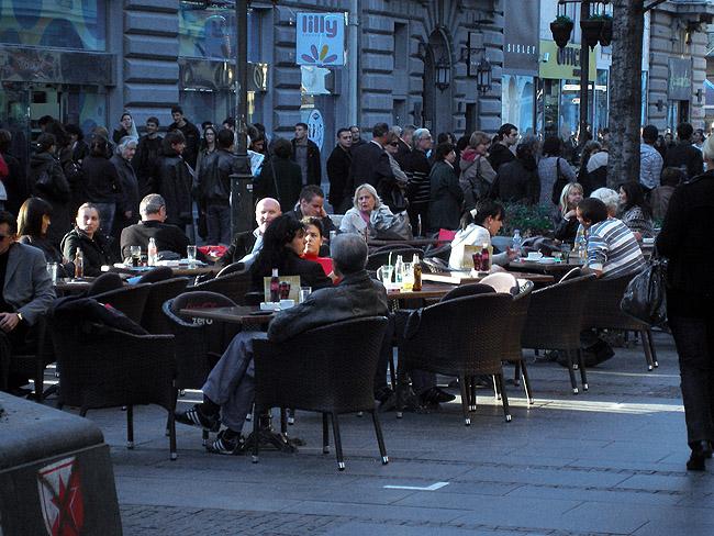 Улица Кнез Михайлова. Уличное кафе
