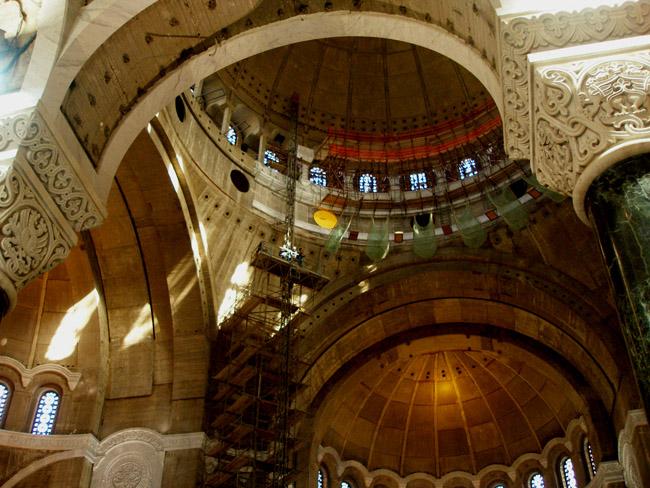 Внутри Храма Святого Саввы в Белграде. Процесс отделки купольной части