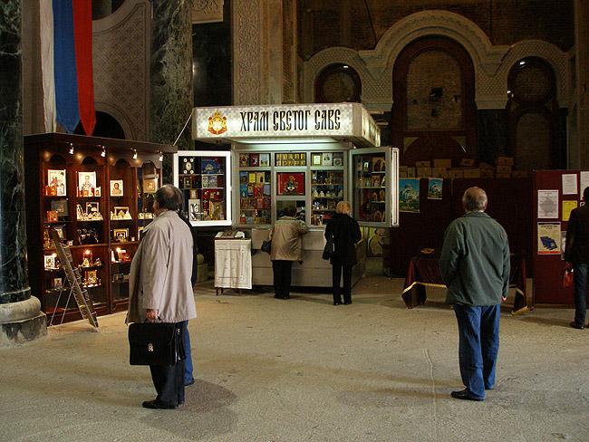 Внутри Храма Святого Саввы в Белграде. У свечного ящика