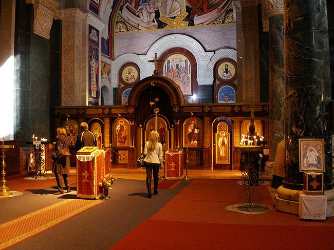 Внутри Храма Святого Саввы в Белграде. Освященный левый придел