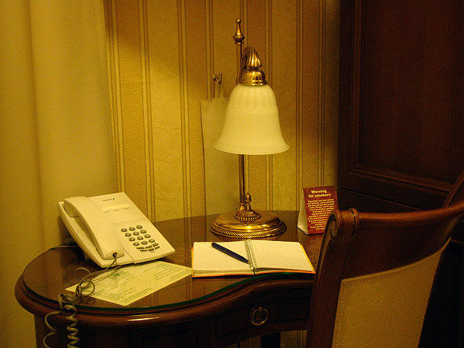 """Отель """"Москва"""" в Белграде. Письменный столик в одноместном номере"""