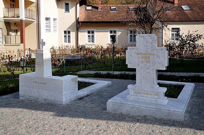 Монастырь Раковица. Справа: могила Патриарха Павла, слева: могила Патриарха Димитрия