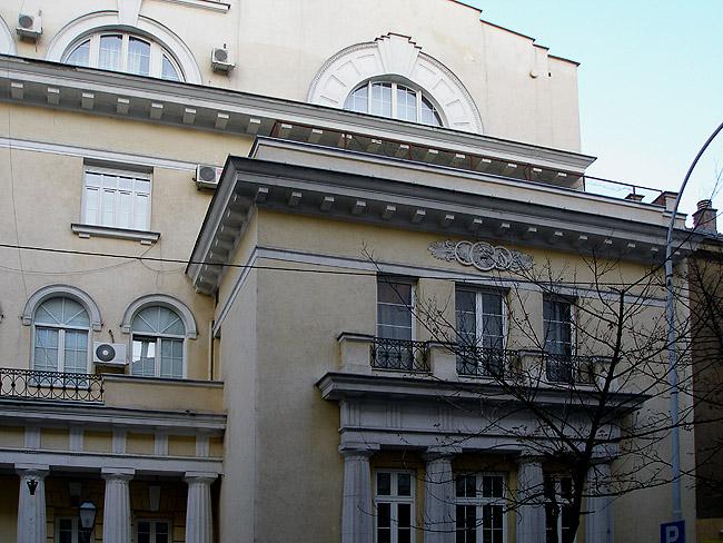 Правая часть фронтона Русского дома в Белграде