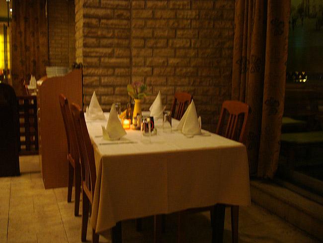 Ресторан Mala Slavia — столик в большом зале