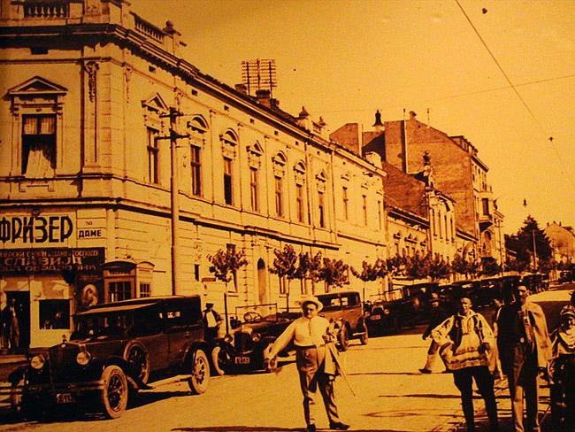 Ресторан Mala Slavia — старые фотографии на стенах