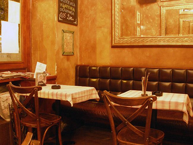 "Le Petit Bar — столики в ""партере"""
