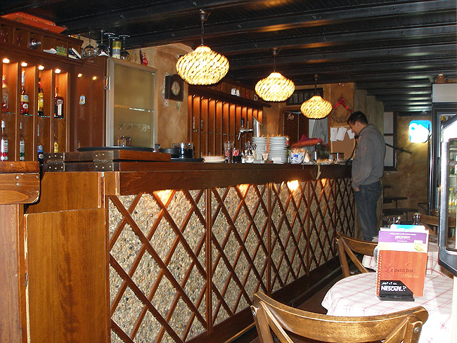 Le Petit Bar — барная стойка