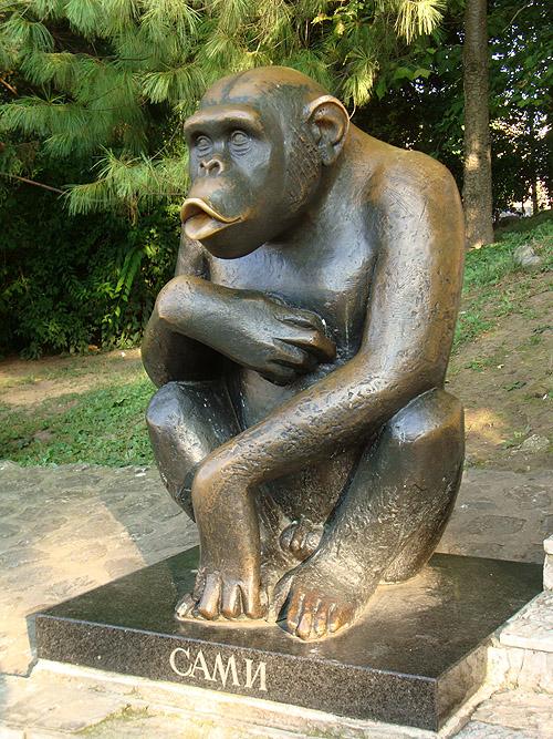 Памятник обезьяне Сами в Белградском зоопарке
